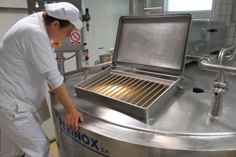 Suzana koristi sve svoje majstorske vještine i tehnike koje se prenose  s generacije na generaciju obiteljskih proizvođača sira kako bi osiguralo da svaka serija Paškog sira Sirane Gligora bude najviše moguće kvalitete.
